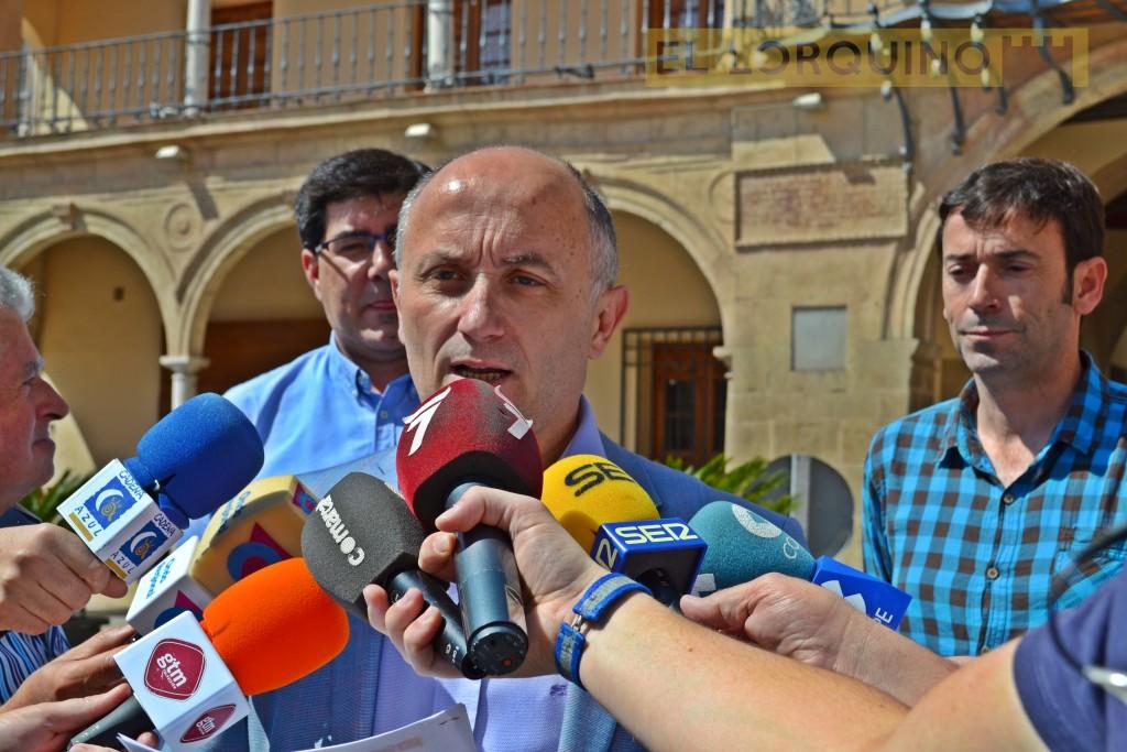 Antonio Meca durante las declaraciones realizadas ayer en la puerta del Ayuntamiento