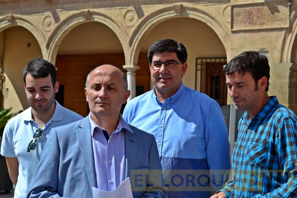 Antonio Meca, junto algunos de los componentes de Ciudadanos Lorca.