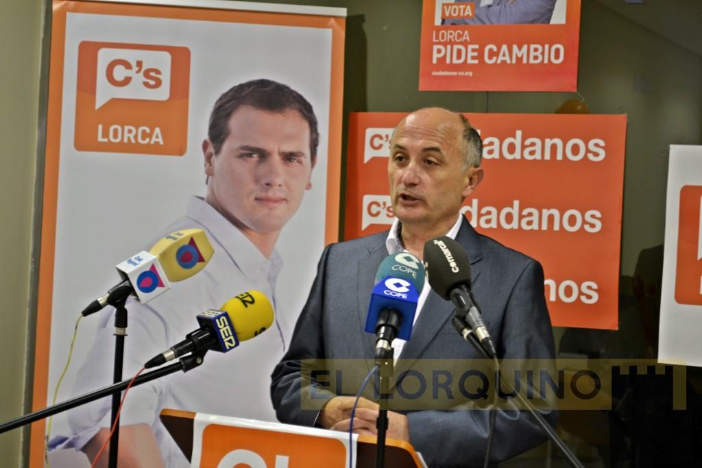 Antonio Meca, lider de Ciudadanos Lorca, durante la rueda de prensa de este lunes.