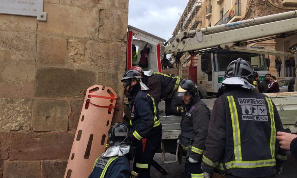 Rescatan en lorca a un electricista tras quedar atrapado por una gr a - Electricistas en murcia ...